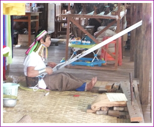 ミャンマー首長族の女性